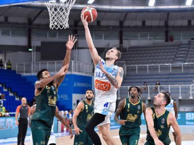 Basket, Supercoppa Italiana: Reggio Emilia sconfigge la Fortitudo Bologna, Napoli rimonta da -24 e batte Brescia in trasferta
