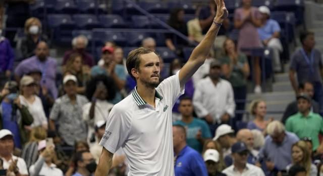 US Open, risultati tabellone uomini 1° settembre: Daniil Medvedev e Stefanos Tsitsipas al 3° turno, eliminato Ruud