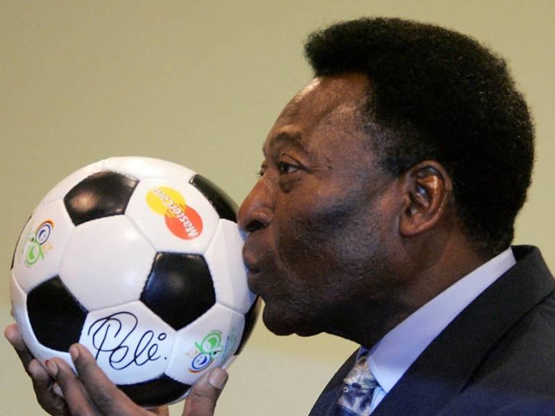 Calcio, Pelé torna in terapia intensiva: preoccupano le condizioni dell'asso brasiliano