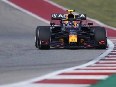 F1, le FP2 del dito medio di Max Verstappen a Hamilton. Perez davanti, fatica la Ferrari