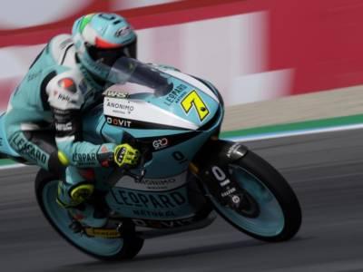 Moto3, vince Izan Guevara ad Austin davanti a Dennis Foggia. Acosta 8°, gara con doppia sospensione e incidenti paurosi