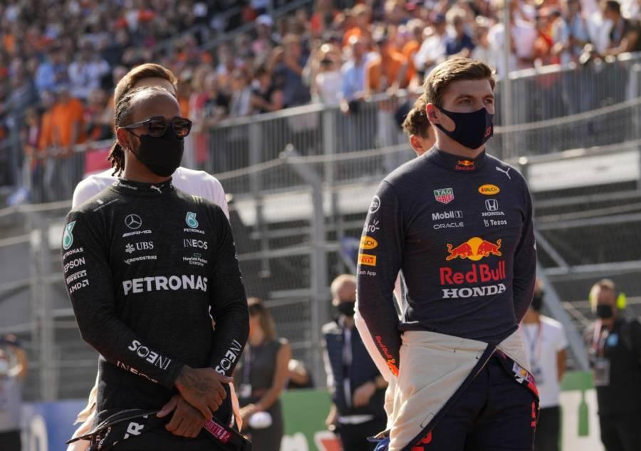 F1, il nervosismo di Max Verstappen. Il dito medio, le urla alla squadra via radio. La tattica di Hamilton funziona…