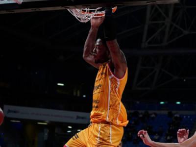 Basket: Tyrique Jones non ne sbaglia una, Pesaro batte largamente Trieste nel posticipo della 2a di Serie A 2021-2022