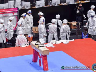 VIDEO Covid-19 ai Mondiali di ginnastica artistica: sanificazione degli attrezzi, uomini in tute speciali e gara sospesa